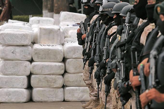 Marines estadounidenses custodiando heroina en Afganistan